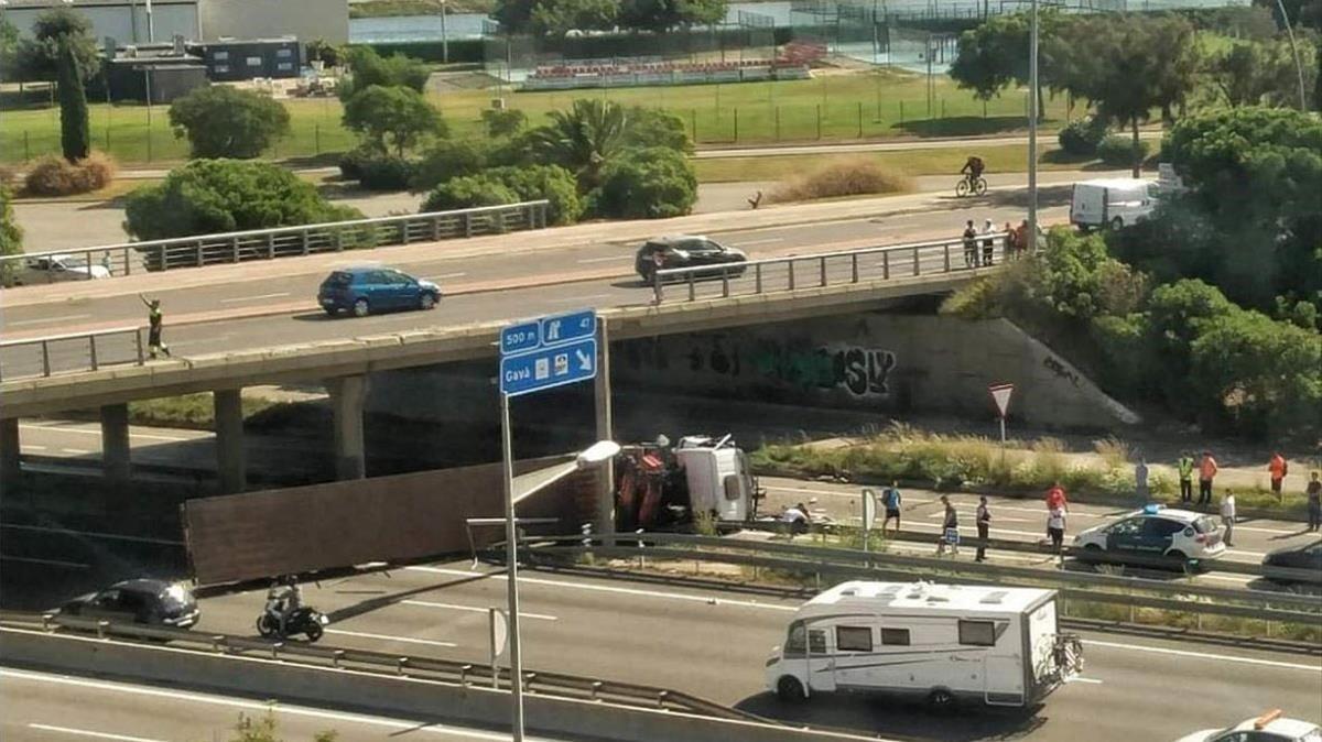 El camión tras caer a la C-32 en Castellddefels