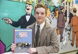 Un actor disfrazado de Tintín, posa con la edición en color de 'Tintín en el país de los soviets', en Bruselas, el lunes.