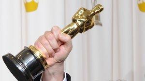 Un actor sostiene un Oscar.