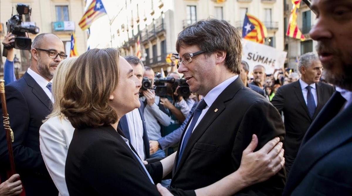 Ada Colau y Carles Puigdemont, este sábado, en la concentración en apoyo a los alcaldes investigados por el 1-O.