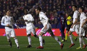 Gareth Bale (c) huyendo de sus compañeros en la celebración de su gol ante el Levante.