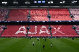 Ultres de l'Ajax llancen focs artificials a prop de l'hotel del Tottenham
