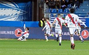 GRAF7259. Vitoria 28/01/2019.- Los jugadores del Rayo Vallecano celebran el primer y único gol del equipo madrileño durante el encuentro correspondiente a la jornada 21 de primera división que han disputado frente al Alavés en el estadio de Mendizorroza, en Vitoria. EFE/Adrián Ruiz de Hierro.