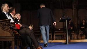 Alberto Fernández Díaz abandona el Saló de Cent indignado por el poema satírico recitado por Dolors Miquel en la ceremonia de entrega dels Premis Ciutat de Barcelona 2015.