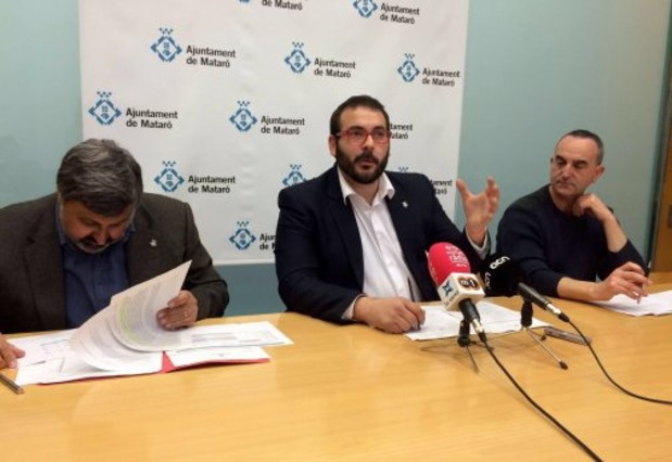 El alcalde de Mataró, David Bote (PSC), durante la presentación del anteproyecto de presupuestos municipales de 2016. A su derecha, el primer teniente de alcalde, Joaquim Fernàndez (CiU), y a su izquierda el concejal socialista Juan Carlos Jerez, encargado del área de finanzas municipales.