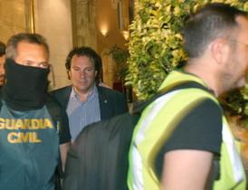 El alcalde de Torredembarra, Daniel Masagué (c), sale detenido del Ayuntamiento de Torredembarra.