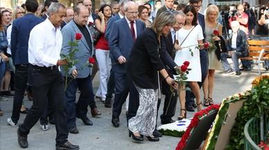 La alcaldesa de l'Hospitalet, Núria Marín, realiza su ofrenda, junto a sus compañeros del PSC.