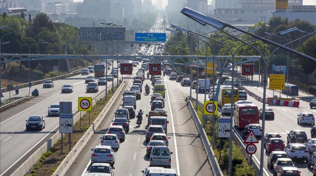 Circulación densa en una de las entradas de Barcelona por la avenida Diagonal.