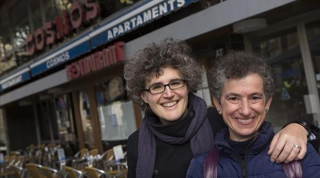 Las periodistas Carme Pollina y Thais Morales, en la cafetería Cosmos, un local que hacía la vista gorda cuando la homosexualidad estaba penada.