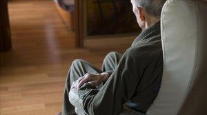 Un anciano en una silla.