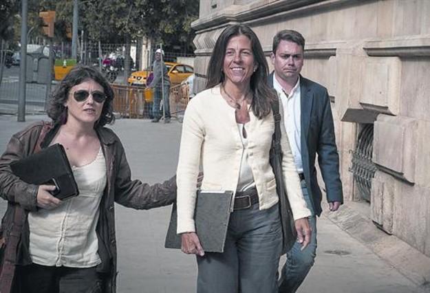 Anna Vidal (centro), el pasado abril, antes de declarar en el Tribunal Superior de Justícia de Catalunya.