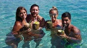 Antonella Roccuzzo, Leo Messi, Sofia Balbi y Luis Suárez, en unas recientes vacaciones.