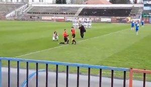 Un árbitro pide matrimonio a su linier antes de un partido de fútbol