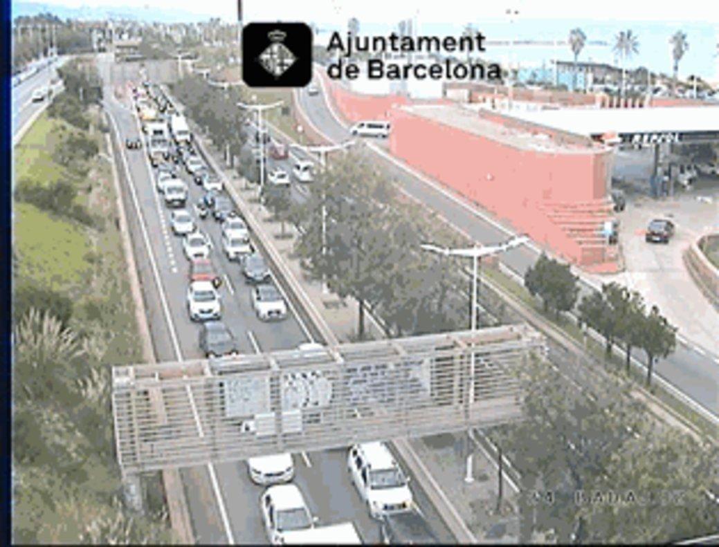 Congestión en la Ronda Litoral, a su paso por Poblenou.