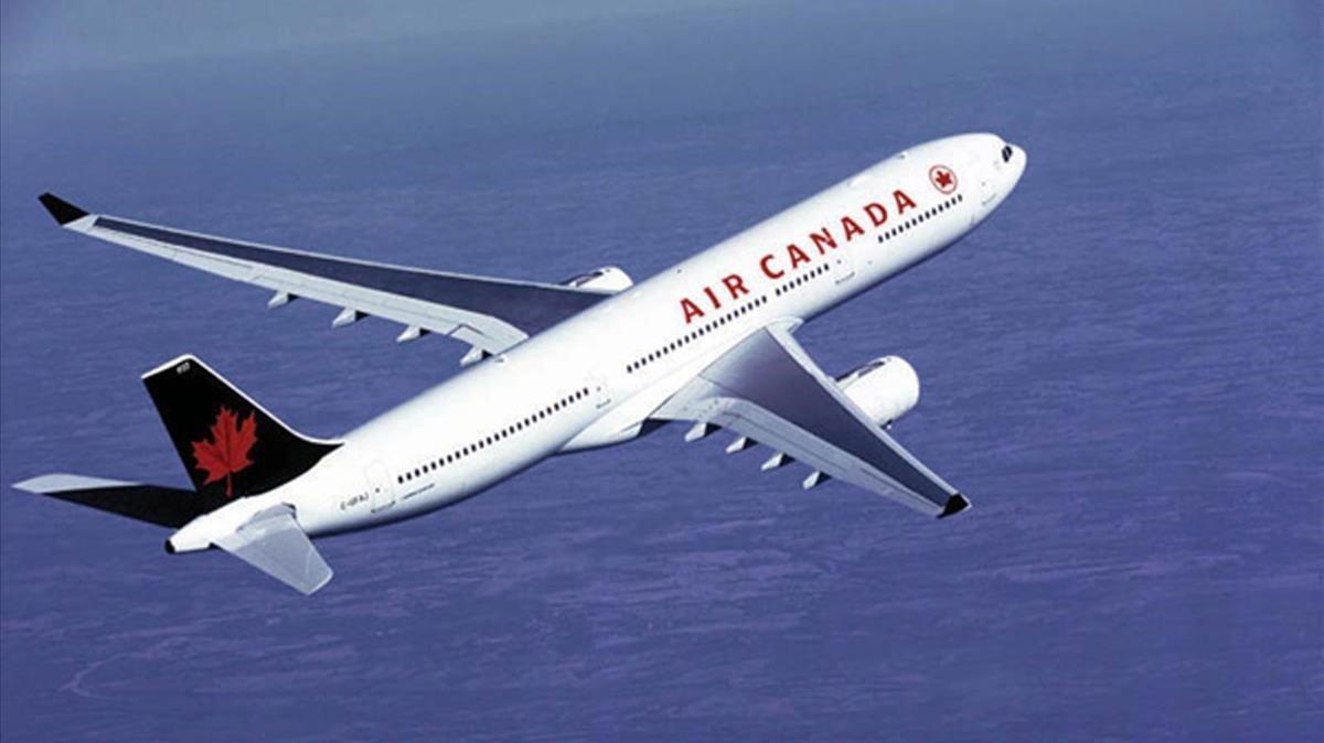 Avión canadiense volando sobre el oceáno