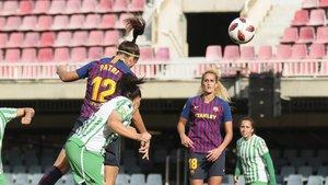 Patri, una de las goleadoras de este domingo, remata de cabeza ante el Betis.