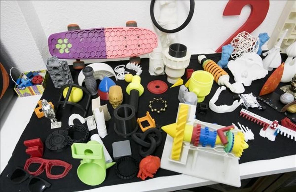 Algunas de las piezas que han salido de las impresoras de EntresD: mecanos, monturas de gafas, la Venus de Milo,mandíbulas, un corazón, hasta un monopatín.