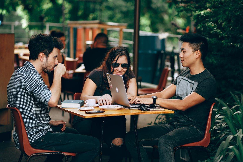 Unas prácticas profesionales suponen un trampolín para la carrera laboral de los jóvenes