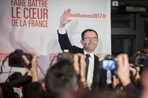 Benoît Hamon saluda en París, el domingo, tras ganar la primera vuelta de las primarias de los socialistas.