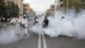 Bomberos iranís desinfectan las calles de Teherán, el pasado 18 de marzo.