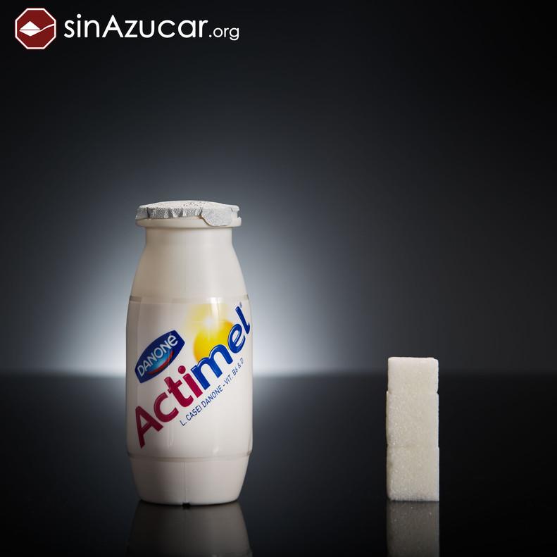1 botellita de Actimel tiene 11,5 gr de azúcar, casi 3 terrones.