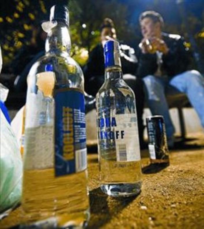 Uno grupo de jóvenes, bebiendo alcohó en la vía pública.