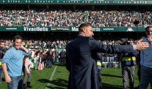 El capitán bético Joaquín sonríe ante miles de aficionados que acudieron al Villamarín para el acto de su renovación