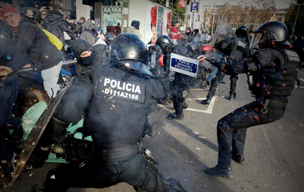 Cargas policiales de los Mossos en Drassanes.