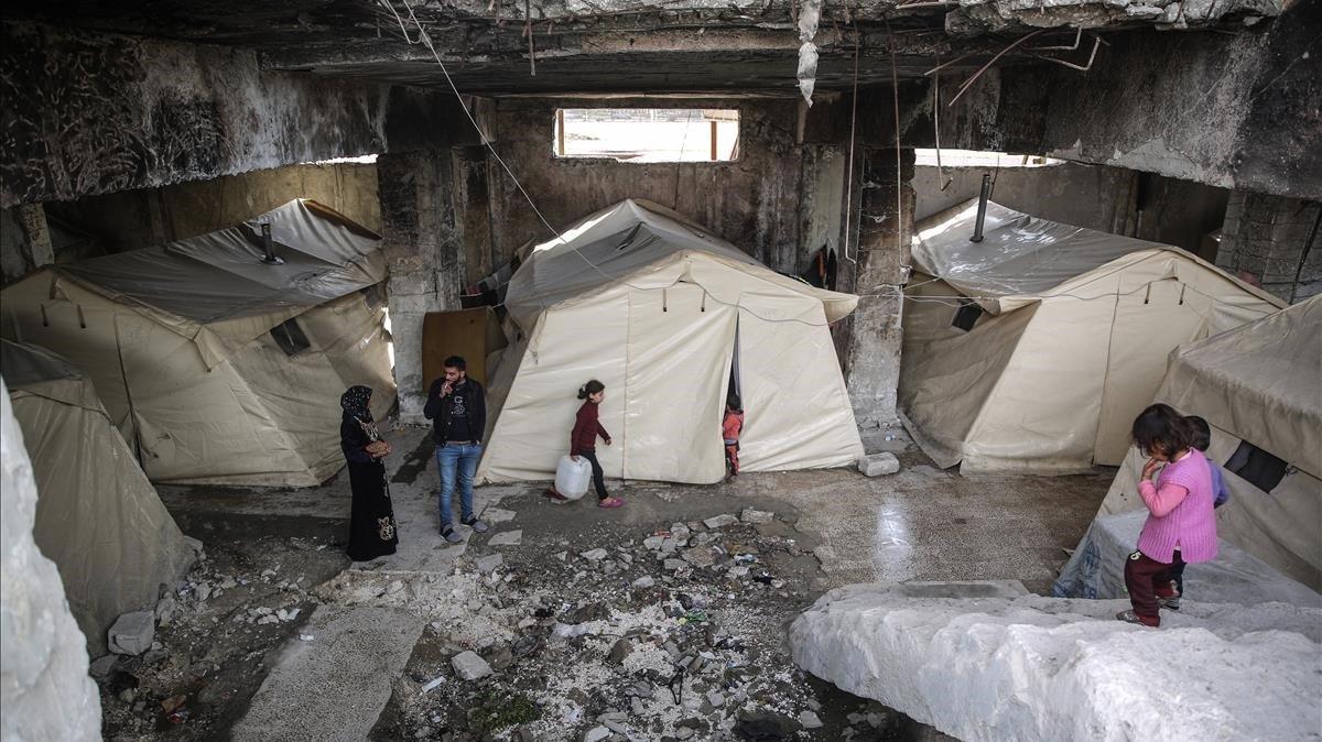 Carpas en el estadio de fútbol de Idlib, donde más de 200 familias permanecen como un centro de refugio provisional a causa del conflicto sirio.