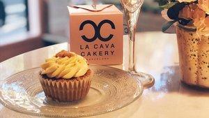 Uno de los 'cupcakes' de La Cava Cakery, junto a una copa de cava.