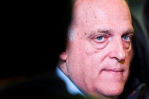 EPA3672. LISBOA (PORTUGAL), 05/04/2019.- El presidente de LaLiga española, Javier Tebas, atiende a la prensa tras participar, este viernes, en la asamblea general de la Asociación de Ligas Europeas en el Estadio Luz de Lisboa (Portugal). EFE/ Jose Sena Goulao
