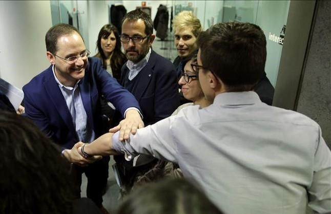 El diputado del PSOE César Luena saluda al de Podemos Íñigo Errejón, este miércoles, en los pasillos del Congreso.