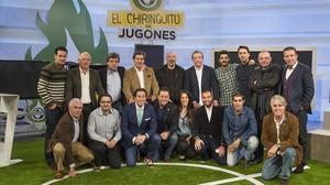 Josep Pedrerol, en el centro, junto al equipo de El chiringuito...