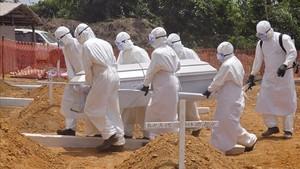 Sanitarios trasladan el cuerpo de una personafallecida por ébola en Monrovia, Liberia, en marzo del 2015.