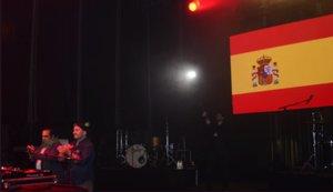 Concierto animado por El Pulpo en las fiestas de Boadilla del Monte, con la bandera de España al fondo.