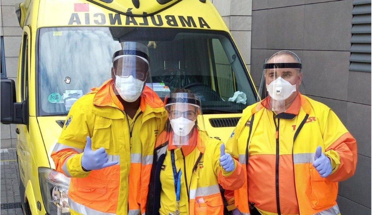 Marzo 2020. Unos conductores de ambulancia, con las viseras donadas por Coronavirus Makers.