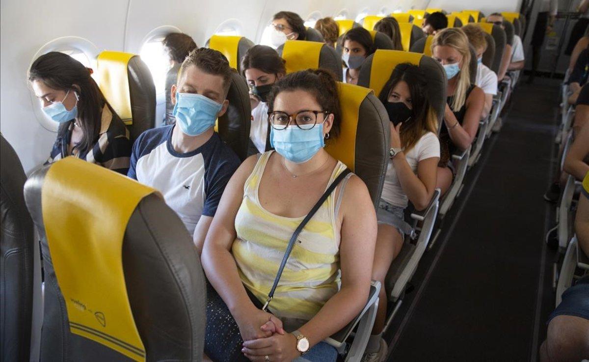 Pasajeros de un vuelo de Vueling de Barcelona a Mallorca.