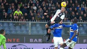 Cristiano Ronaldo se eleva para marcar el segundo gol de la Juventus ante la Sampdoria.