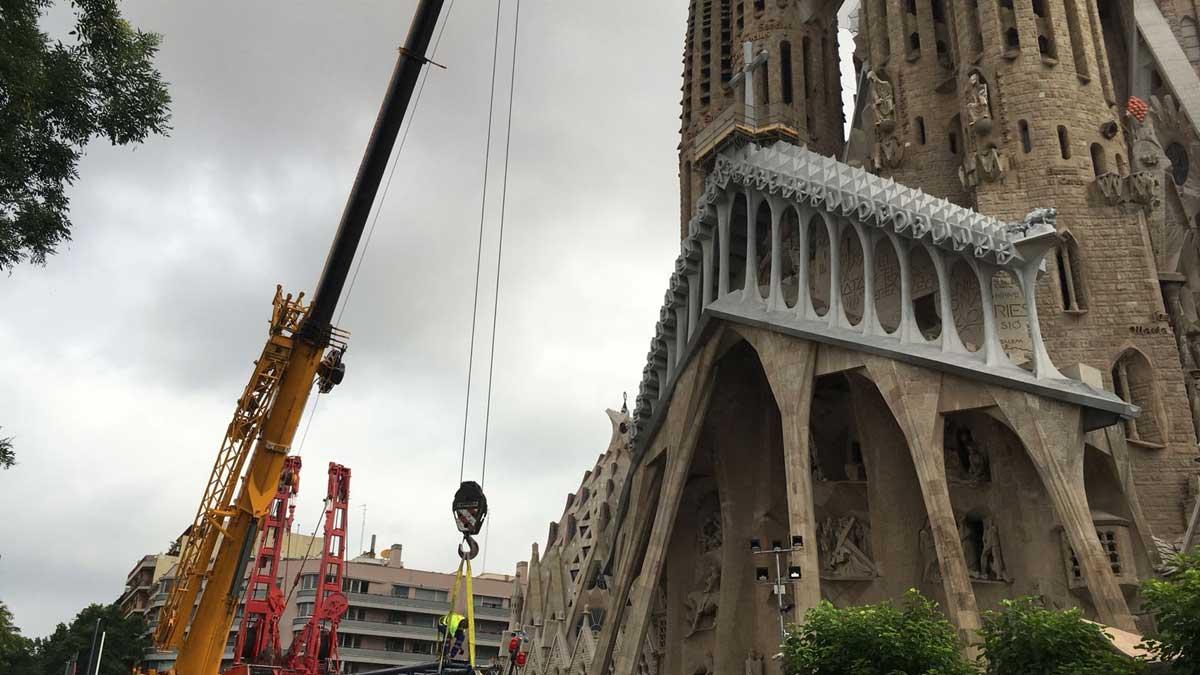 La Sagrada Família col·loca una creu gegant al pòrtic de la Passió