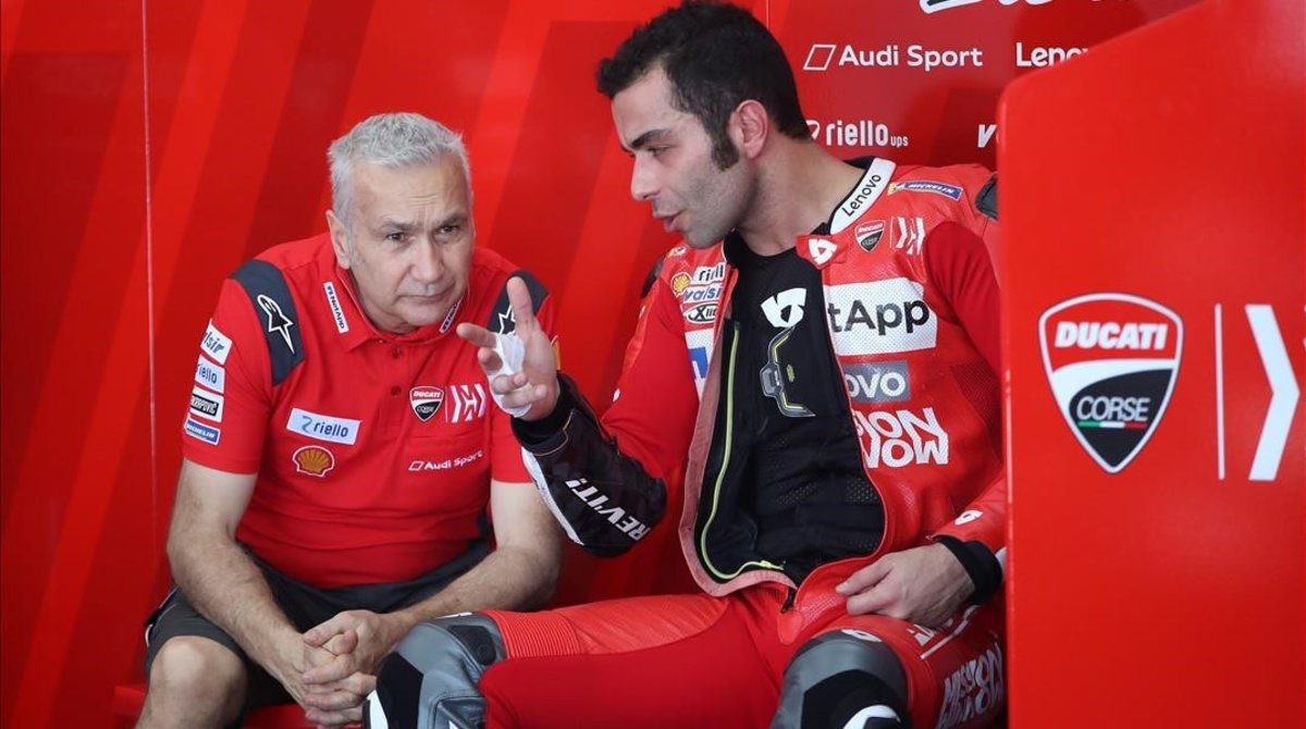 Davide Tardozzi, uno de los jefes de Ducati Corse, conversa con Danilo Petrucci.