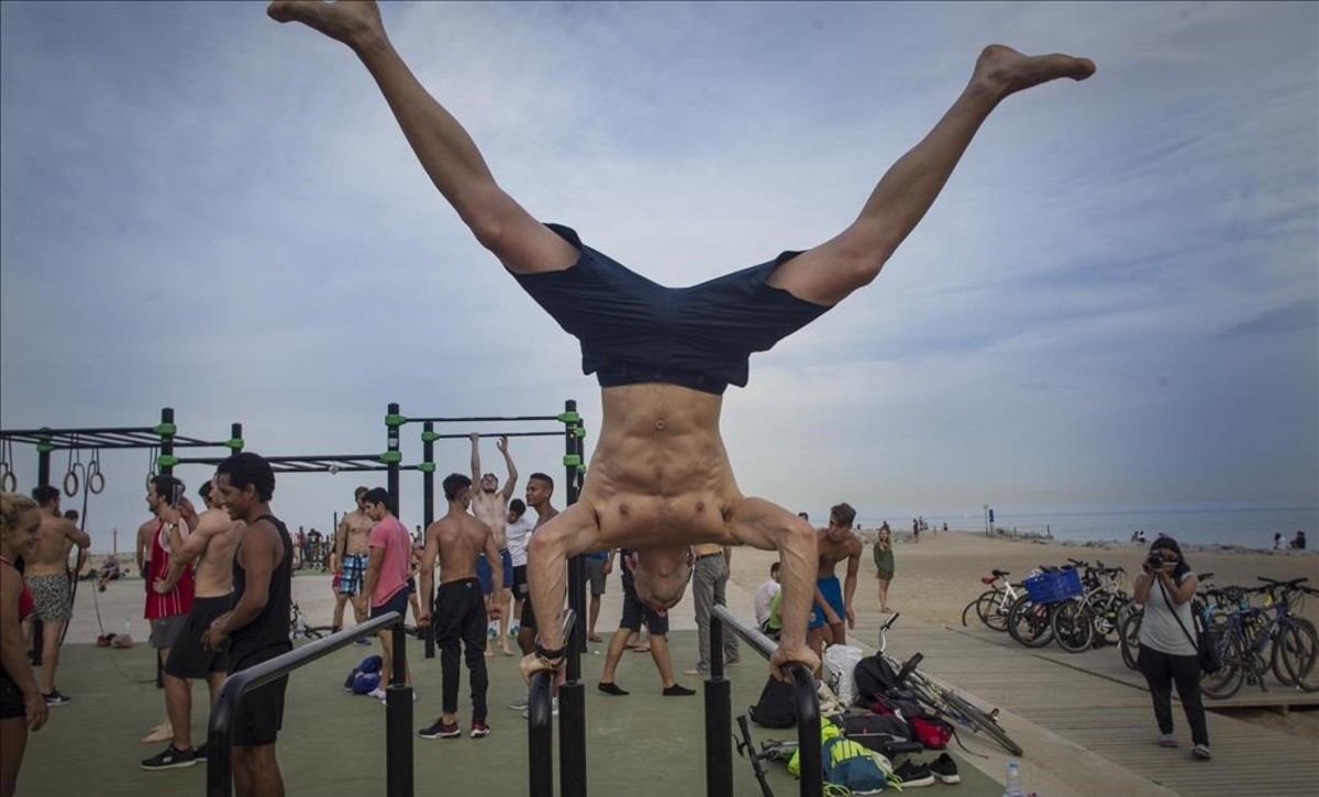 Deportistas practicando en las instalaciones de la playa de Barcelona.