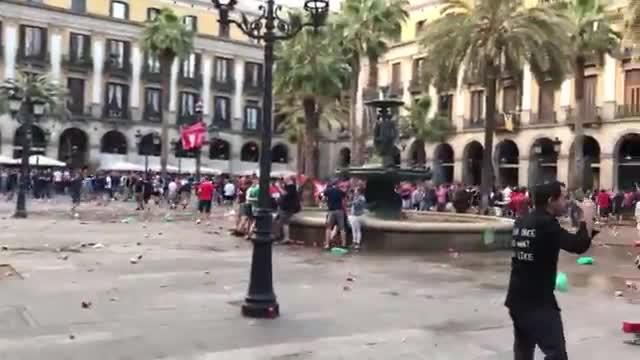 Detenidos seis 'hooligans' del Liverpool por disturbios y agresiones en la plaza Reial