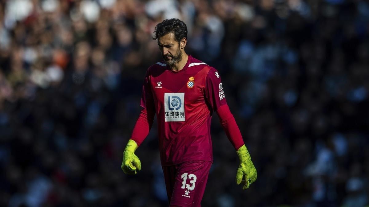 Diego López se retira del campo en la última visita del Espanyol al Bernabéu.