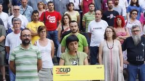La diputada Anna Gabriel, junto a otros representantes de la CUP, en un acto en la plaza del Rei de Barcelona el pasado 30 de junio.