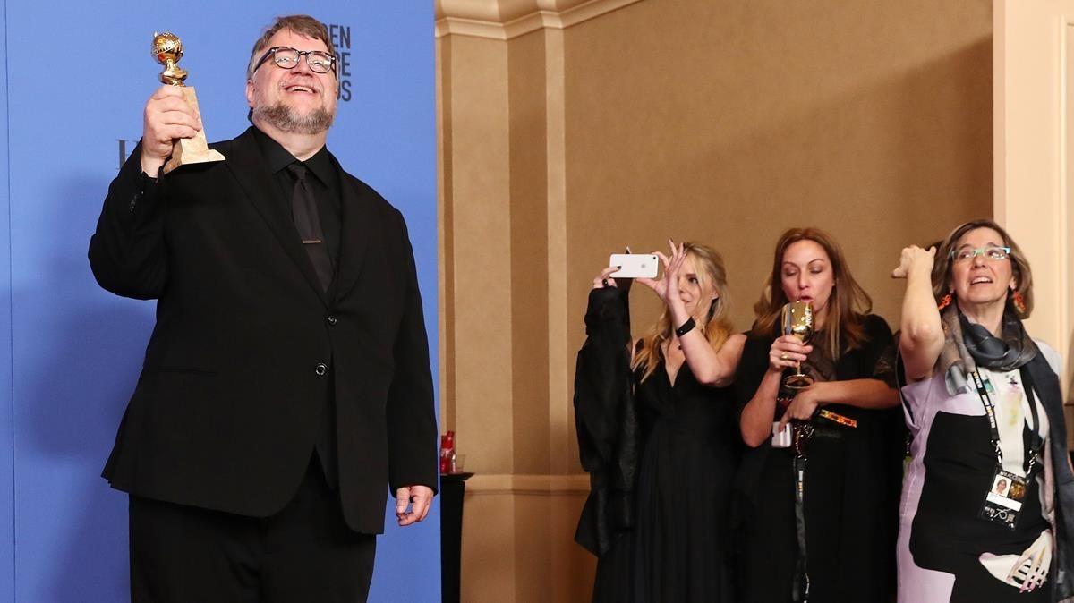 El director Guillermo del Toro, de riguroso negro.