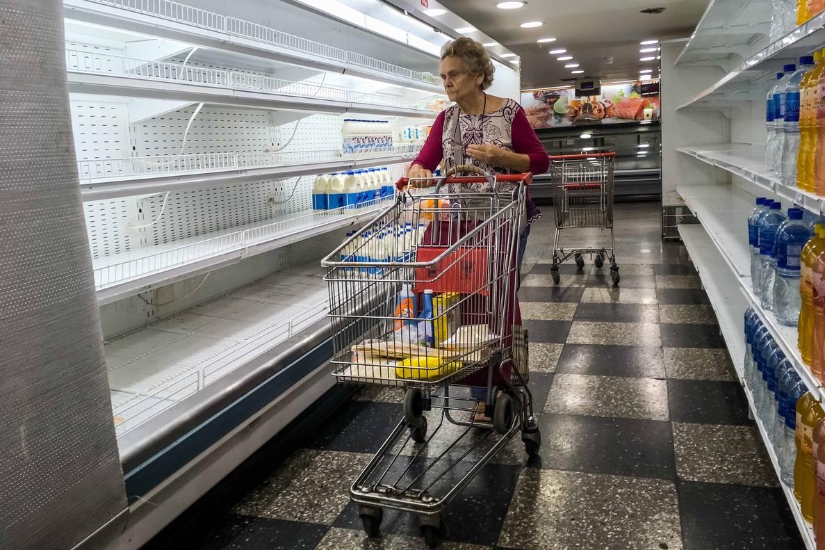 CARACASVENEZUELAUna mujer busca productos en un supermercado en CaracasVenezuela. EFE MIGUEL GUTIERREZ