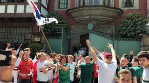 Aficionados mexicanos ante la Embajada Coreana.