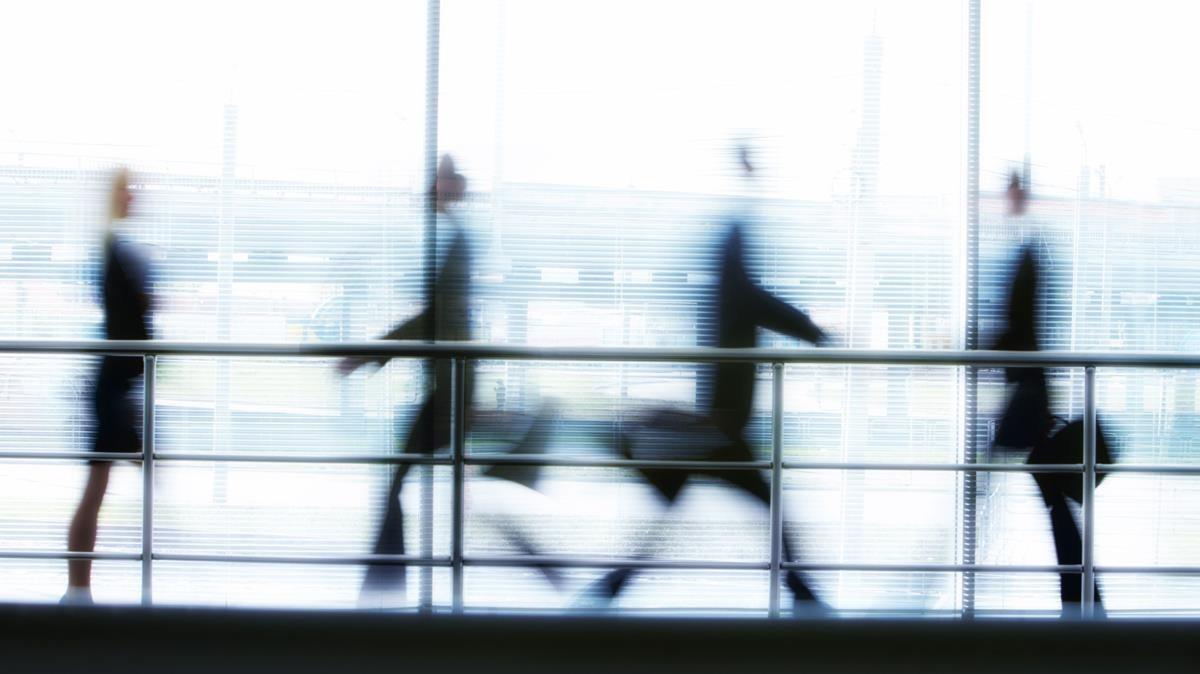 Empresarios caminando en el corredor de una oficina.