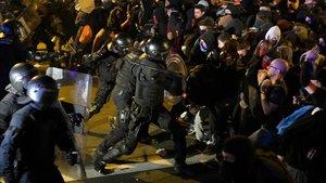 Enfrentamientos entre policía y manifestantes en Barcelona.