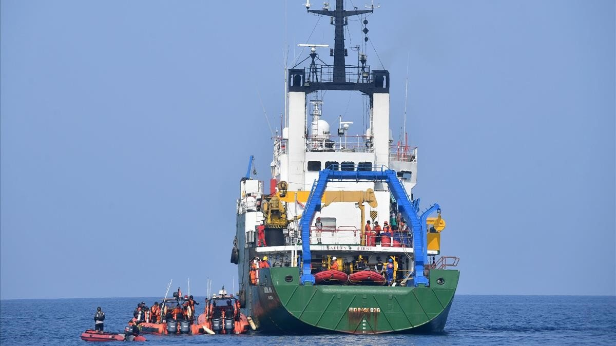 Miembros de los equipos de rescate buscan los restos del avión de pasajeros siniestrado el pasado lunes.